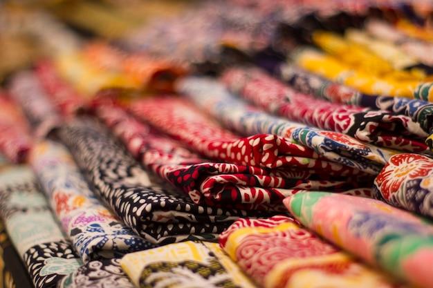 Kudus javaインドネシア布のシームレスなパターンのバティック絵画