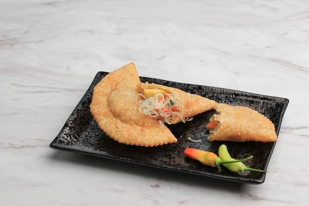 Kue pastel goreng(jalangkoteまたはkaripap)は、にんじん、じゃがいも、卵を詰めたフレーク状のペストリースナックです。東南アジアでカレーパフとして人気