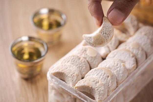 プトリサルジュまたは白雪姫のクッキー。イードムバラクの伝統のためのイスラムのクッキービスケット