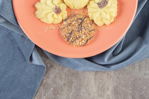 大理石のタオルの上の皿にキューセンプリットとクッキー。