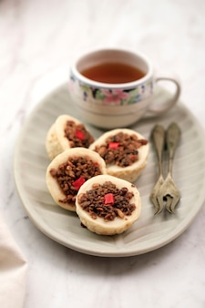Куэ талам онком, традиционный торт на пару из индонезии с начинкой oncom. oncom - один из традиционных основных продуктов питания западной явы, сделанный из соевых бобов или арахиса. известный kuih talam malaysia