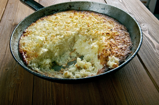 Kugelis 구운 감자 푸딩. 주요 재료는 감자, 베이컨, 우유, 양파, 계란입니다. 리투아니아 요리