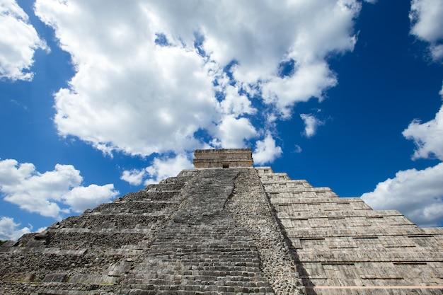 Пирамида кукулькан в чичен-ице, мексика