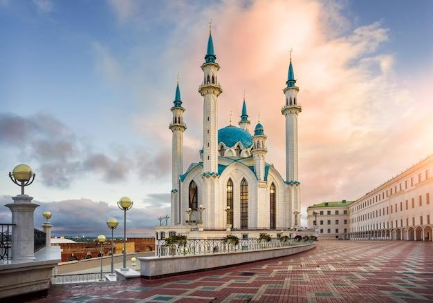 아름다운 아침 분홍색 구름 아래 카잔의 쿨 샤리프 모스크