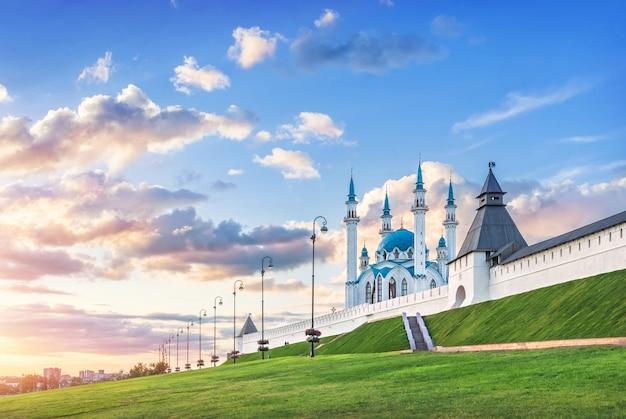 구름과 함께 아름다운 일몰 푸른 하늘 아래 카잔 크렘린의 쿨 샤리프 모스크
