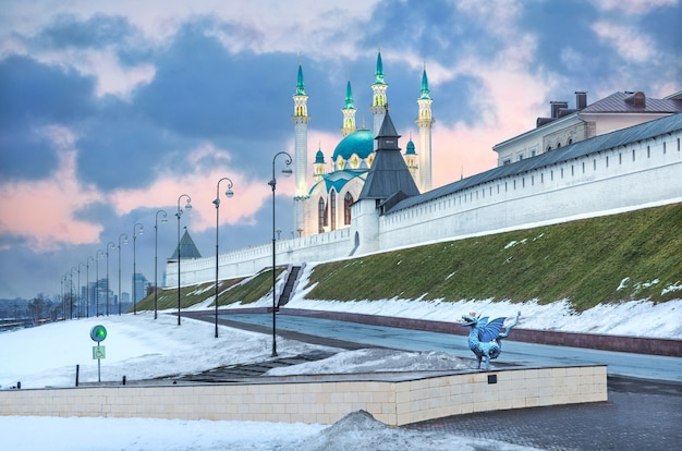 봄 저녁에 카잔에 있는 크렘린의 쿨 샤리프 모스크, 벽과 탑