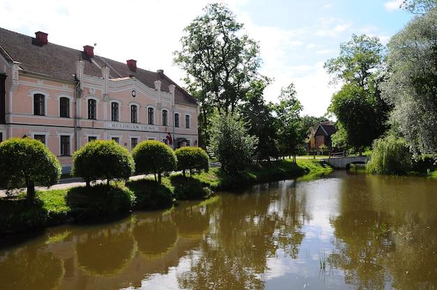 Kuldiga, 라트비아. 라트비아의 작은 마을 kuldiga의 aleksupite 강을 따라 거리