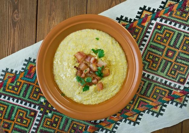 Kulescha-トウモロコシとキビの穀物が入ったカルパティアのお粥