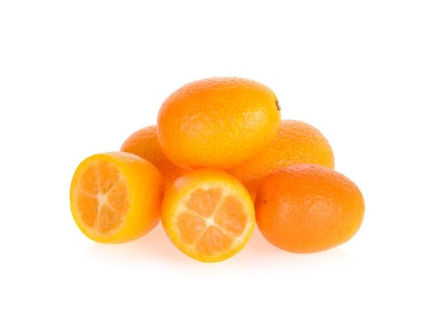 Кумкват, кумкват, фрукты, изолированные на белом фоне