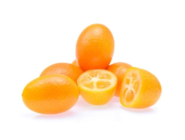 Кумкват, кумкват, фрукты, изолированные на белом, крупным планом