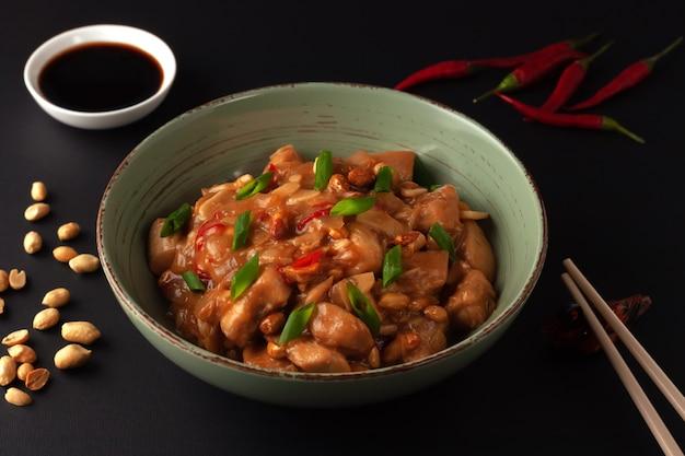 宮保鶏丁。鶏肉、唐辛子、ピーナッツ、ソース、玉ねぎを使った中華料理。