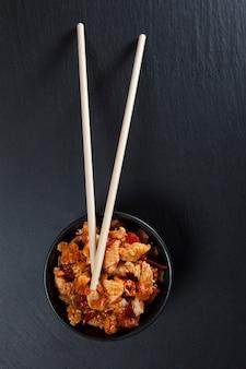 宮保鶏丁。鶏肉と野菜のアジア料理。上面図。
