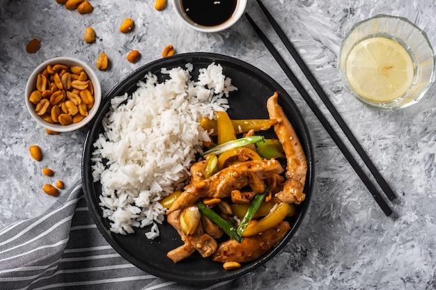 Kung paoチキン、チキン、ピーナッツ、野菜、唐辛子を添えた中華四川の伝統的な四川料理。