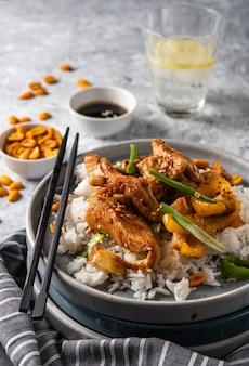 宮保鶏丁、中国の四川省の伝統的な四川料理の鶏肉、ピーナッツ、野菜、唐辛子の炒め物。