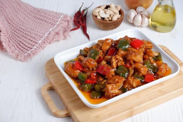 Кунг пао с курицей, жареной на стирке, традиционное китайское блюдо провинции сычуань