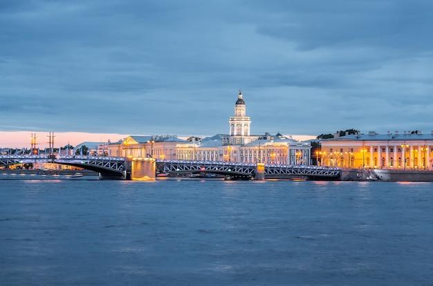 Музей кунсткамеры на васильевском острове через неву в санкт-петербурге.