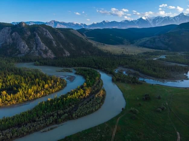 北チュイ海嶺山脈のクライ草原とチュヤ川。アルタイ山脈、ロシア。空中ドローンのパノラマ写真。