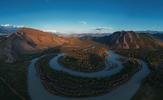 北チュイ尾根の山々を背景にしたクライ草原とチュヤ川。アルタイ山脈、ロシア