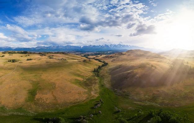 Курайская степь и река чуя на фоне гор северчуйского хребта горы алтай россия воздушное д ...