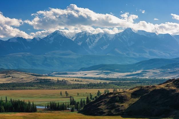 クライ草原と北中尾根。アルタイ山脈、ロシア。