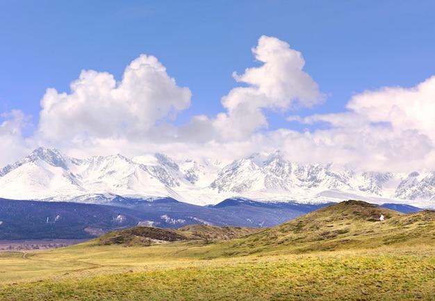 春のクライ草原乾いた草の雪をかぶった山々の雪の残骸