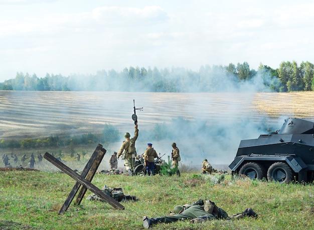 러시아 쿠르스크-2020 년 8 월 군사 행사 재건. 1943 년 쿠르스크 전투. 병사들은 공격에 나서고, 탱크는 타고, 시체는 땅에 눕습니다.