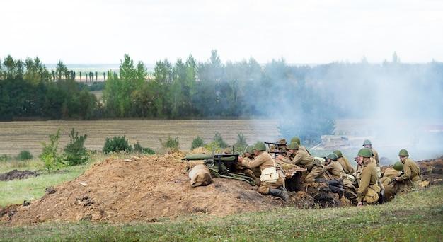 Курск, россия - август 2020 года. реконструкция военных событий. курская битва 1943 года. солдаты в окопе на поле боя.