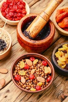 Kutiaまたはkutyaは、伝統的な甘いグレービーと穀物穀物料理です。