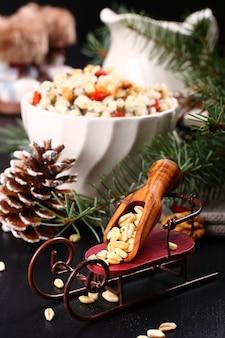 Kutiaのための小麦のスクープでそり。ウクライナ、ベラルーシ、ポーランドの伝統的なクリスマスの甘い食事