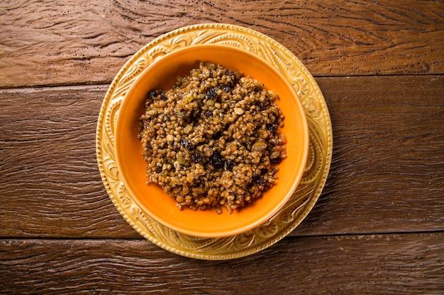 밀 열매, 양귀비 씨앗 및 꿀로 만든 러시아와 우크라이나가 원산지 인 kutya 시리얼 요리