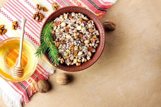 Кутья - это церемониальное блюдо со сладкой подливкой, которое восточно-православные христиане традиционно подают на рождество.