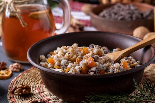 Kutyaは、ケシの実、ドライフルーツ、甘いグレービーソースを使った儀式用の穀物料理で、クリスマスの時期にウクライナ、ベラルーシ、ロシアの正統派クリスチャンが伝統的に提供しています。