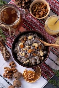 Kutyaは、伝統的にウクライナの正教会のキリスト教徒によって提供されている、ケシの実、ドライフルーツ、甘いグレービーソースを使った儀式用の穀物料理です。