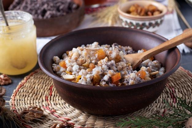 Kutyaは、ケシの実、ドライフルーツ、ナッツ、甘いグレービーソースを使った儀式用の穀物料理で、クリスマスにウクライナ、ベラルーシ、ロシアの正統派クリスチャンが伝統的に提供しています。