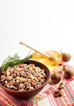 Кутья - это церемониальное зерновое блюдо со сладкой подливкой, которое традиционно подают православные христиане на рождество.