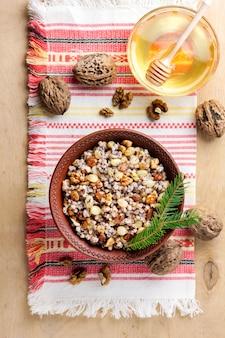 Кутя - зерновое блюдо, которое восточные христиане подают в рождественский сезон.