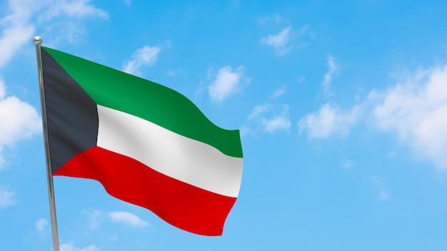 Флаг кувейта на шесте. голубое небо. государственный флаг кувейта