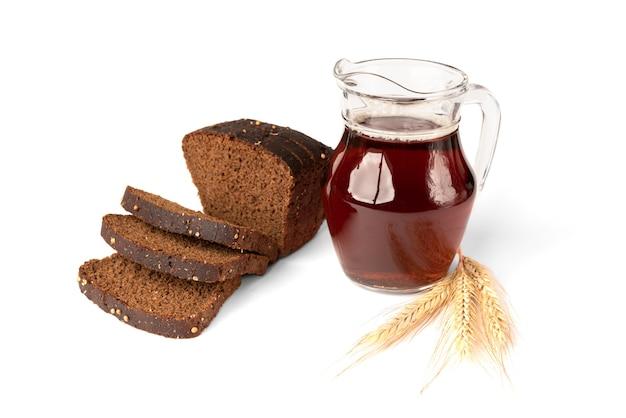 Квас с ржаным хлебом, изолированные на белом фоне