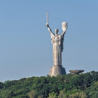 キエフ、ウクライナ2020年7月11日。晴れた夏の朝、ウクライナ、キエフのペチェルスク丘陵にある祖国記念碑記念碑