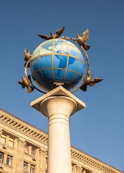 Kyiv, ukraine 07.11.2020. zero kilometer sign in the form of a globe on the maidan nazalezhnosti in kyiv, ukraine, on a sunny summer morning