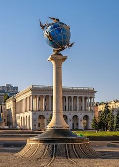 Киев, украина 07.11.2020. знак нулевого километра в виде глобуса на майдане назалежности в киеве, украина, солнечным летним утром