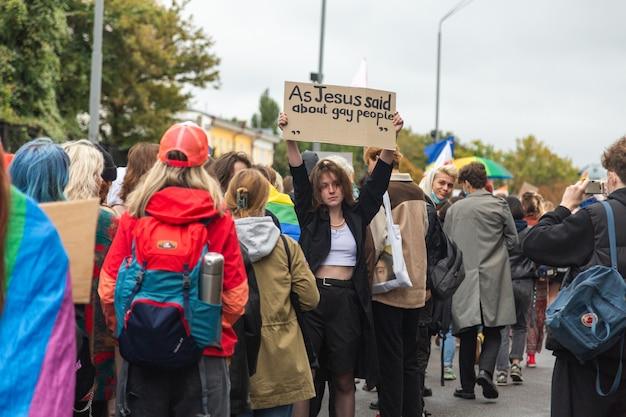 Киев, украина - 19.09.2021: лгбт-сообщество на параде прайда. девушка с плакатом позирует.