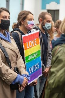 Киев, украина - 19.09.2021: лгбт-сообщество на параде прайда. плакат в руках участников марша.