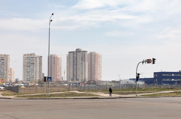 ウクライナ、キエフ-2020年3月24日:ウクライナ、キエフのダルニツキー地区のポズニャキ住宅街にある新しい建物