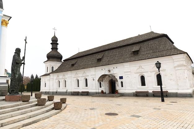 キエフ、ウクライナ-2019年11月15日:キエフの聖ミカエルの黄金のドーム型修道院の眺め