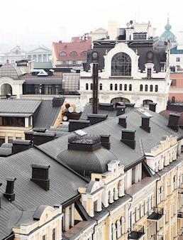 キエフ、ウクライナ-2019年11月16日:聖ソフィア大聖堂の鐘楼からの古いキエフの屋根の眺め。