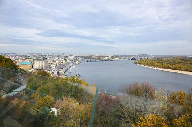 키예프, 우크라이나 - 2019년 10월 12일: 인민 우정 아치 근처 키예프 다리에서 보기. 우크라이나의 가을 수도. 강 드니프로와 도시 풍경입니다.