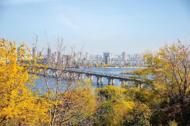 키예프, 우크라이나 - 2019년 10월 12일: 키예프 다리에서 봅니다. 우크라이나의 가을 수도. 강 드니프로와 도시 풍경입니다.