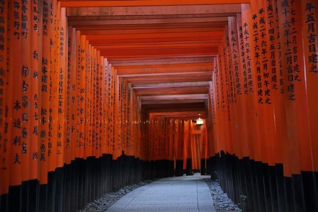 Киото - 2 июня: храм фусими инари тайся инари в киото. япония 2 июня 2016 г.