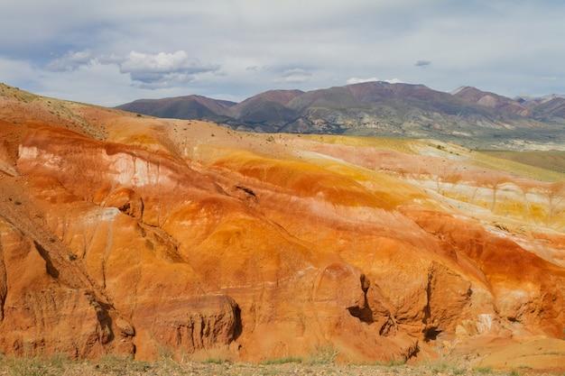 アルタイのkyzyl-chin渓谷の赤い山